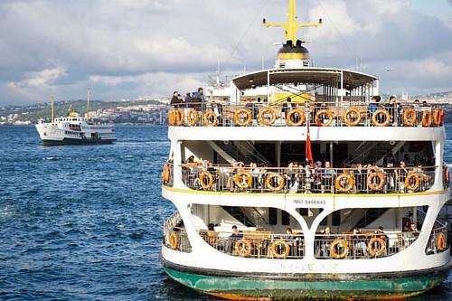 Tatlı bir kaçamaktır İstanbul'da vapura binmek. Eskiden, yani her yer dumanlı hava sahasıyken, kıç tarafında sigara ve çay içmenin keyfine paha biçilmezdi. Kışın bile rüzgarın almadığı kuytu köşelerde titreye titreye çay ve sigara içenler hiç bitmezdi. Va
