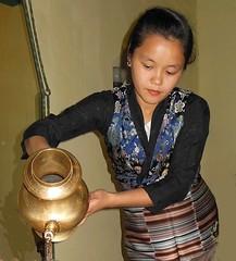 NEPAL, Bodnath, Nepalesin beim Tee einschenken, 16292/8601 (roba66) Tags: reisen travel explore voyages roba66 visit urlaub nepal asien asia südasien kathmandu bodnath boudha boudnath bauddhanāth mädchen girl frau woman nepalesin teezeremonie