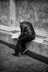 Tourner la page (Mathieu HENON) Tags: leica m240 noctilux 50mm monochrome noirblanc blackwhite gênes genova italie journal lecture street