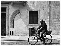 Bike before curve (oiZox) Tags: bbc arquitecture walking white world europe exterior town travelling urban urbano trento trentino adige alto incontri introspectus imperatore italy italia image orlandoimperatore ombreeluci orlando old oldtown people photography nikon negro nero light life lux licht luz lines libre love curve happy human happiness gente fotourbana family d750 depthoffield dof design dia streetphotagraphy street shadow zox zoximage zwart city calle citta callejera ciudad blackwhite blanconegro bw black bike bicycle bicicletta bianconero monocromatico mono mensen man monochrome