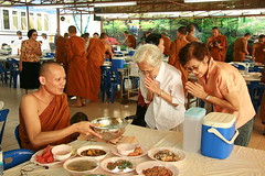 offering food to a monk (the foreign photographer - ฝรั่งถ่) Tags: mother law wife giving offering food monk seated wat prasit mahathat bangkhen bangkok thailand canon kiss