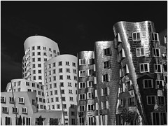 Gehry Houses, Neuer Zollhof, Düsseldorf #2 (Thunderbird61) Tags: gehry gehryhaiuses medienhafen amneuenzollhof düsseldorf nrw germany architecture architektur monochrome sw zw bn nb zwartwit blackwhite blancoe pentax645z pentax mediumformat pentaxart
