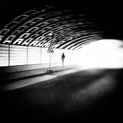 2035 (Elke Kulhawy) Tags: street verschwommen lensbaby bnw bw blackandwhite streetphotographie köln cologne art kunst elkekulhawy monochrome strase light licht tunnel