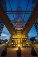 Preparados para el despegue (Juan Ig. Llana) Tags: bilbao bilbo euskadi españa torreiberdrola entrada edificio arquitectura simetría horaazul irix15mm zb