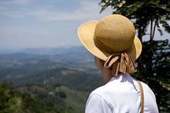 Admirando a Paisagem (Enio Gonçalves) Tags: admirando paisagem mulher olhar natureza flores montanhas verde céu núvens árvores imensidão sãopaulo brazil br