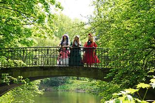 Drei schöne Frauen im Park