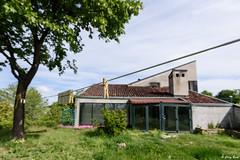 almeno ci sono le mollette (Clay Bass) Tags: 1635 monforte pg bokeh clothespins d750 green house nikon tree wire