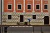 Der blaue Schirm (Helmut Reichelt) Tags: schirm blau aufderburg streetphoto flickrtreffen flickrmeeting wasserburg frühling mai oberbayern bavaria deutschland germany leica leicam typ240 captureone10 colorefexpro4 leicasummilux50mmf14asph dxoviewpoint3