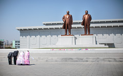 Courbette de rigueur (The French Travel Photographer) Tags: dprk reportage countryside kimilsung statue streetphoto mariage mobilierurbain flickrcomsebmar urbain citystreetlife campagne northkorea ©sébmar instagramsebas nature urban