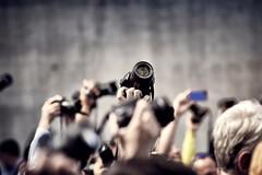Pasión por la fotografía (Japo García) Tags: fotografía cámaras brazos en alto pasión canon gente japogarcía nikon