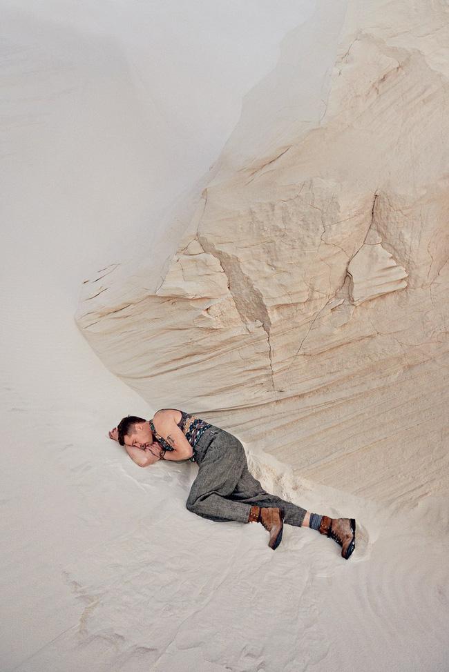 Khiến người ta mủi lòng là thế nhưng outfit trong bộ ảnh sướt mướt của Brad Pitt toàn hàng hiệu thôi - Ảnh 7.