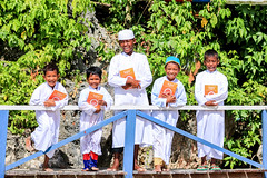 Al Quran dan Iqro untuk Anak-anak Pulau Kosong (flickr.rumahzakat) Tags: alquran sharinghappiness charity rumahzakat