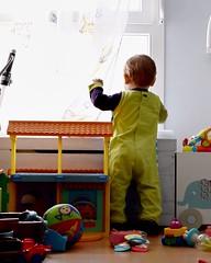 Explorateur (nicolaspetit7878) Tags: projet semaine16 1652 50mm nikond5500 nikon couleur color coffre jouets chambre fenêtre regarde explorateur dedos combi debout kid children people personne enfant baby bébé