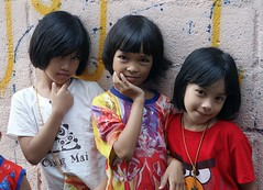 sisters (the foreign photographer - ฝรั่งถ่) Tags: three sisters girls childen khlong bang bua portraits bangkhen bangkok thailand sony rx100