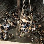ĐÀ NẴNG 24-3-1975 --- Người tỵ nạn VN đang được bốc lên bằng lưới và cần trục thumbnail