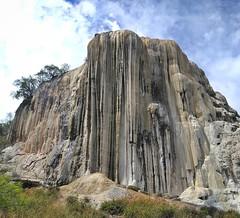 В наших краях водопады застывают каждую зиму. Здесь же, чтобы добиться подобного эффекта, нужно соорудить нарзан на вершине скалы и немного подождать, пока отложится соль и прочие витамины и минералы.