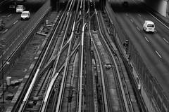 Lineas paralelas y transversales (Jaime Recabal) Tags: canon recabal 40d santiago chile metro blancoynegro monochrome lineas regionmetropolitana carreteranortesur