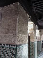 Dans les couloirs, médersa Bou Inania (XIVe siècle), Talaa Kbira, médina de Fès el Bali, Fès, Maroc. (byb64) Tags: fès fez فاس ⴼⴰⵙ fas fèsmeknès maroc morocco marruecos المغرب ⵍⵎⵖⵔⵉⴱ royaumedumaroc marokko marocco médina medina vieilleville oldtown cascohistorico altstadt fèselbali unesco unescoworldheritagesite toits techos ville city citta ciudad town stadt talaakbira médersa madrassa xive 14th moyenage medioevo middleages edadmedia école université mérinides bouinania stuc calligraphie zellige tesselles cèdre marbre artislamique islam afriquedunord northafrica islamicart