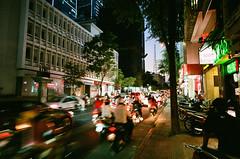 馬路上車水馬龍 (tsaiid) Tags: fujicolorsuperiaxtra400 r4a zeiss21mmf28zm 胡志明市 越南