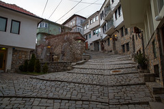 Pelo meio da cidade de Ohrid (Mundo por Terra) Tags: copyright©2017bymundoporterraallrightsreserved latitude70º macedônia mundoporterra worldbyland expedicaomundoporterracombr wwwmundoporterracombr