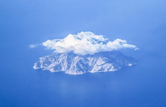 Isla de Montecristo (Andy.Gocher) Tags: andygocher canon100d sigma18250 canon100dsigma18250 italy europe windowseat aeroplaneseat aerial aeroplanewindow flying miniaturemode tiltshift clouds islands water sea seascape