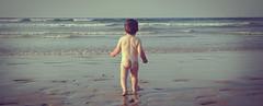 frágil (mrMunny) Tags: frágil mar bebe niño sea child childhood frail flickrelite flickrelitegroup