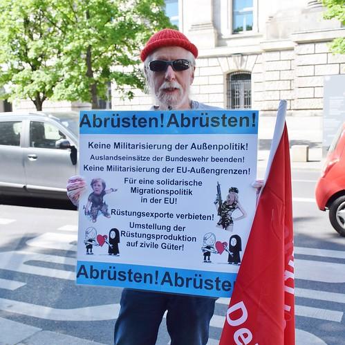Protest vor dem Bundestag: Keine Auslandseinsätze der Bundeswehr!