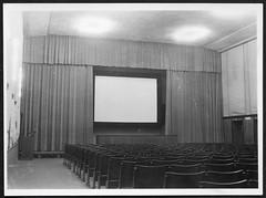 """Archiv M770 """"Im vorderen Zuschauersaal"""", 1940er (Hans-Michael Tappen) Tags: archivhansmichaeltappen zuschauersaal bühne kino leinwand 1940s 1940er kinogeschichte filmgeschichte technik technikgeschichte elektrik elektrotechnik"""