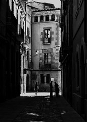 Llums i hombres a Vic. Luces y sombras en Vic. (Toni Casals) Tags: vic noiretblanc blackandwhite blancoynegro street blancinegre monochrome fujifilm