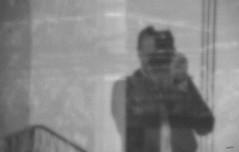 Viendo a ver qué veo (Ed Visoso) Tags: edvisoso selfie autorretrato selfportrait reflejo reflection bw bn