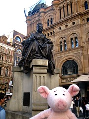 Dave with Queen Victoria (pianoforte) Tags: queenvictoriabuilding qvb shopping sydney sydneynsw downtown businessdistrict dave pig travelingnongnome australia2017 australia