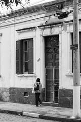 Calçada (Eduardo Virgili) Tags: antiga antigo vilaindustrial campinas pessoa calçada casa pb pretoebranco