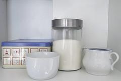 Desayuno (Micheo) Tags: spain stilllife composicion blanco white bodegón cocina kitchen azucarero sugarbowl cajadegalletas desayuno breakfast sugar azucar