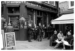 Men at work (madras91) Tags: noiretblanc blackandwhite monochrome mono nb bw london londres pub leica leicam summarit summarit35mmf25 travel street streetphotography ye grapes 16 shepherd market mayfair w1j7qq uk