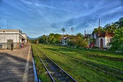 D71_4786z (A. Neto) Tags: d7100 nikon nikond7100 sigmadc18250macrohsmos color railroad rails trainstation sky clouds people morretes