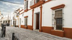 2316   Una calle de  Almonte, Huelva (Ricard Gabarrús) Tags: calle rue street paseo pueblo villa color ricgaba almonte airelibre arquitectura monumentos ricardgabarrus olympus