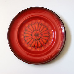 Medallion. (Kultur*) Tags: vintage vintagehousewares kitchen dining serving plates midcentury metlox poppytrail vernon medallion 1970s redplate saladplate red medallionred