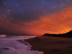 Estaleiro Beach (alestaleiro) Tags: pôrdosol sun sunset playa plage strand ocaso tramonto clouds sky céu cielo nubes nuvens núvole ola wave onda mar mer ocean arena espuma foam estaleirobeach estaleiro sc balneáriocamboriú brasil brazil orange alestaleiro