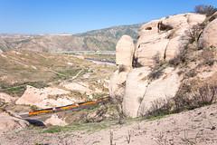 BNSF 7975 @ Cajon Pass, CA (Mathieu Tremblay) Tags: phelan california unitedstates sullivanscurve cajonpass bnsf burlington northern santafe cajon subdivision train railroad railway chemin fer rock formation sony a99 sal2470z ge general electric 7975 es44c4 gevo