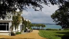Vue sur mer à Locquirec (Emma2922) Tags: hôtel mer sea arbre tree bretagne brittany breizh vacances nature océan building hotel