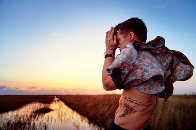 Khiến người ta mủi lòng là thế nhưng outfit trong bộ ảnh sướt mướt của Brad Pitt toàn hàng hiệu thôi - Ảnh 3.