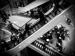 Dans Tous Les Sens (Fred Luckythirteen) Tags: samsung galaxy j5 pixlr instagram noir noirblanc noiretblanc black blackwhite monochrome escalator lyon rhonealpes partdieu