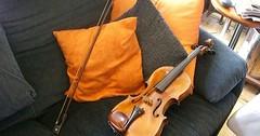 """Die Geige. Die Geigen. Die Geige liegt auf dem Sofa. Neben der Geige liegt ein Geigenbogen. • <a style=""""font-size:0.8em;"""" href=""""http://www.flickr.com/photos/42554185@N00/34580920445/"""" target=""""_blank"""">View on Flickr</a>"""