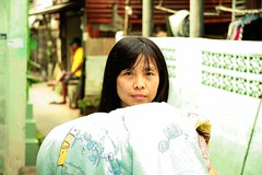 a lady and laundry (the foreign photographer - ฝรั่งถ่) Tags: lady carrying laundry sheet khlong thanon portraits bangkhen bangkok thailand canon kiss