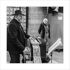 De tout, de rien, Arras (Napafloma-Photographe) Tags: 2017 arras architecturebatimentsmonuments artetculture artois bandw bw bâtiments fr france fuji fujinéopanacros100 géographie hautsdefrance métiersetpersonnages pasdecalais personnes techniquephoto beffroi blackandwhite chanteur instrumentsdemusique monochrome musiciens musique napaflomaphotographe noiretblanc noiretblancfrance orguedebarbarie pellicules photoderue photographe photographie province streetphoto streetphotography