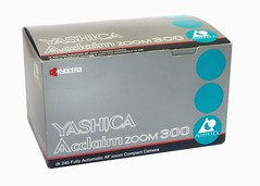 Yashica, Acclaim Zoom 300 IX Date (Japon, 1999) (Cletus Awreetus) Tags: japon appareilphotographique camera vintage yashica kyocera acclaimzoom300 compact formataps boîte emballage carton