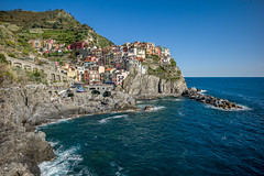 Q1008776 (sswee38823) Tags: manarolacinqueterreitaly manarola cinqueterreitaly cinqueterre liguriansea sea ocean oceanfront waterfront waterfont water village hill mountain cliff town landscape seascape sky skyline 21mm 21 leica21mmsuperelmarmf34asph superelmarm13421asph wideangle leica leicam leicamtype240 leicacamera rangefinder 2017 italy2017 italy europe laspezia