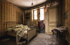 Le silence est d'or... (ElfeMarie) Tags: hôtel hotel abandonné abandoned creepy chambre bedroom lit bed lumière light decay derelict décrepit forgotten oublié lost past exploration explorationurbaine urbex orange colors