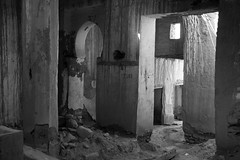 La mezquita de la Kasbah (ramosblancor) Tags: humanos humans historia history arquitectura architecture mezquita mosque religión religion islam ruinas ruins blancoynegro blackandwhite bw valledelziz zizvalley kasbah marruecos morocco