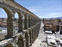 Acueducto de Segovia (JLL85) Tags: segovia acueducto españa spain monumento monument plaza square romano puente bridge maravilla arcos antiguo soleado sunny sky cielo azul blue